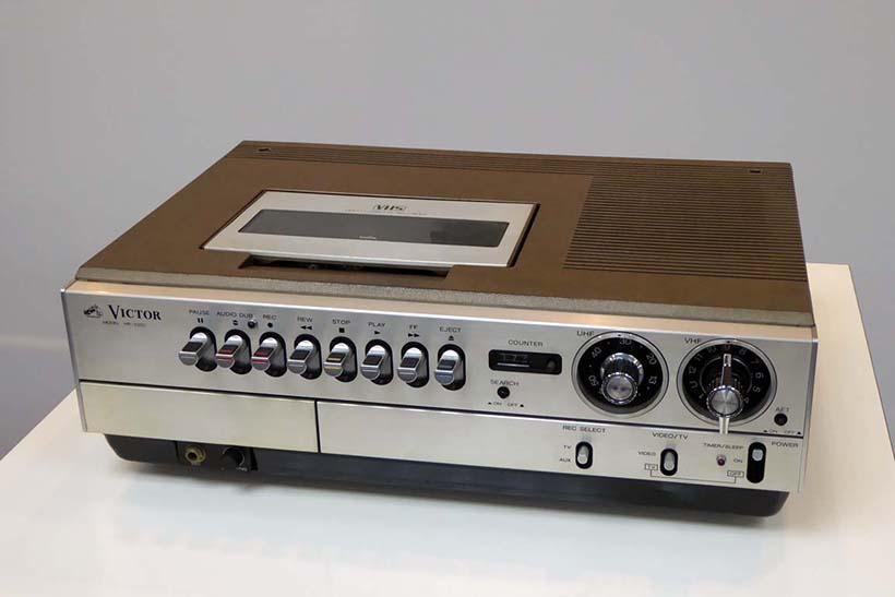 ↑1976年(昭和51年)にVHS方式ビデオカセッター初号機「HR-3300」