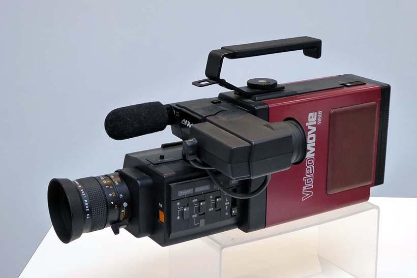 ↑HSのコンパクト規格「VHS-C」カセットを使ったビデオ一体型カメラ「GR-C1」。1984年(昭和59年)に登場