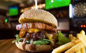 """WBCもハンバーガーもダブルで""""かじりつき""""! バーガー片手に大盛り上がりな金町のスポーツバー「Cafe&Bar brave」"""