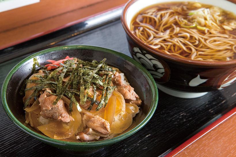↑そば定食(かけそば+ミニ鳥丼)(520円)。鶏肉と玉ねぎをそばつゆで煮込ん だ鳥丼とかけそばのセット。鳥丼は しょうがが効いた甘辛味。絶品そば も付いてほぼワンコインはおトク