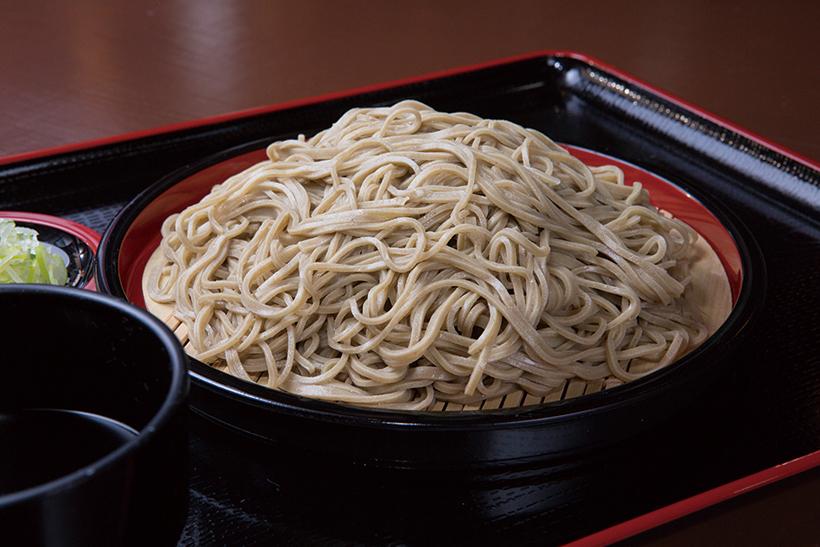 ↑韃靼蕎麦(並盛)(500円)。そばの太さが異なる乱切りスタイルで 提供。独特の風味が心地よく、苦味も それほど気にならずに食べられる