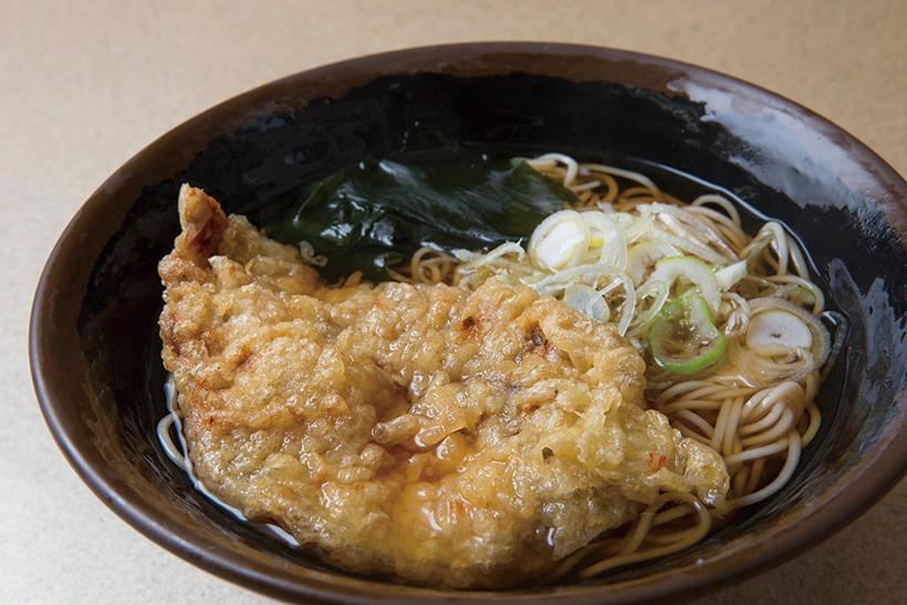 ↑豚天そば(360円)。豚ロース肉を使用。豚の脂のうまみ、 天ぷらの甘みがじわじわ口に広がり、 若者から年配の方まで幅広い層で人気