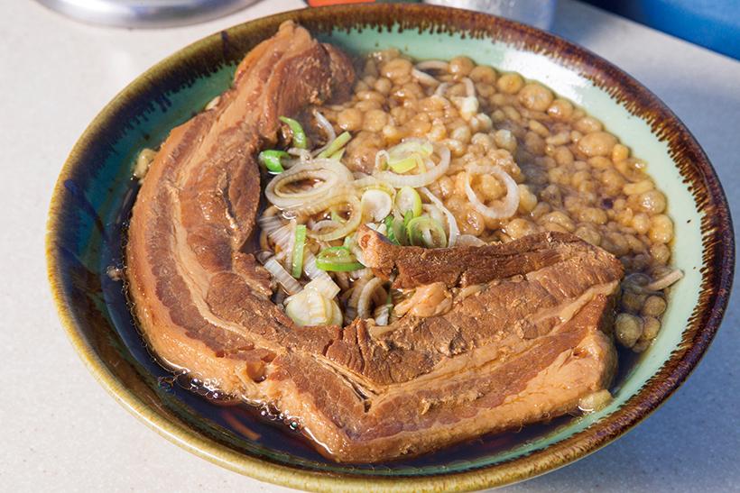 ↑元祖厚肉そば(680円)。どんぶりをほぼ覆い尽くす 豚バラは贅の極み! 良質な 国産豚肉を使っており、こ の価格でもコスパは高い。 揚げ玉がコクをプラス