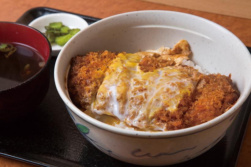 ↑かつ丼のタレは濃いめの甘め。ご飯にかかっているつ ゆの量が少なめなので、いいバランスで食べられるかつ丼(480円)。