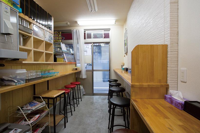 ↑店 内の席数は13。厨房と対面するカウ ンター(写真左側)に様々な薬味が置 かれている