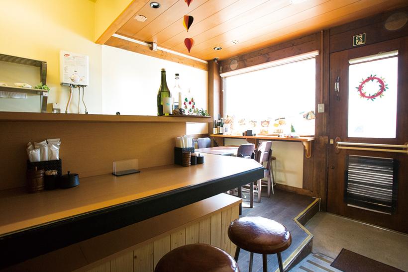 ↑カウ ンター5席、テーブル4席の店内は清 潔感があり、女性も入りやすい