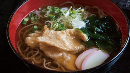 【立ち食いそば】昆布ベース「白」のおつゆは関西人が驚くウマさ! カラっと固めの揚げたて天ぷらもうれしい曳舟「勘助」