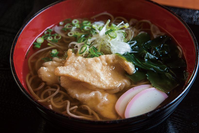 ↑鶏天そば(450円)。国産鶏むね肉を使った天ぷ らがしっとりと柔らかい食 感でうまい。写真は関西風 の「白」のつゆで、だしの うまみが効いている