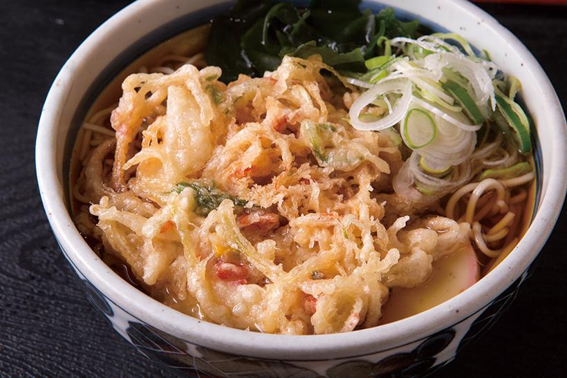 ↑天ぷらそば(410円)。かき揚げは玉ねぎ、ねぎ、 干しえび入り。揚げ置きだ がサクッと揚がってうまい。 衣がつゆを吸えば、かき揚 げもつゆも味わいアップ