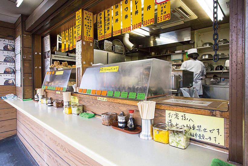 ↑ショーケースにお いしそうな天ぷらが並ぶ。迷ったら男 らしく2品いってみよう!