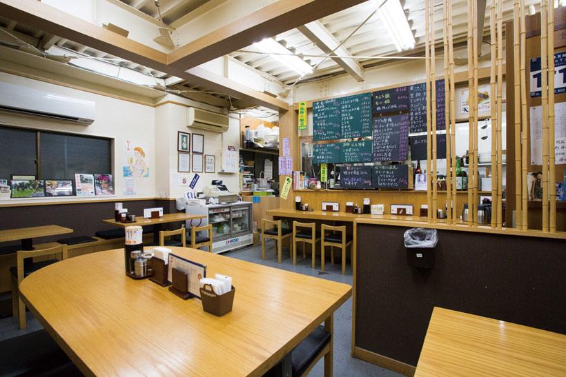 ↑.天井が高く開放感のある店内に 23 席を用意