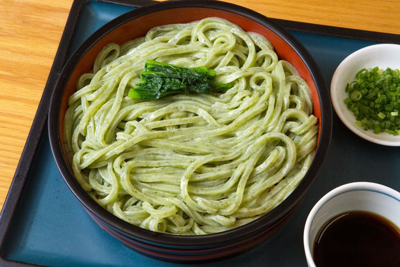 ↑小松菜うどん(400円)。緑鮮やかな同店の名物。小麦粉12㎏に対しなんと小松菜を4㎏も使い、食べれば小松菜の爽やかな風味が広がる