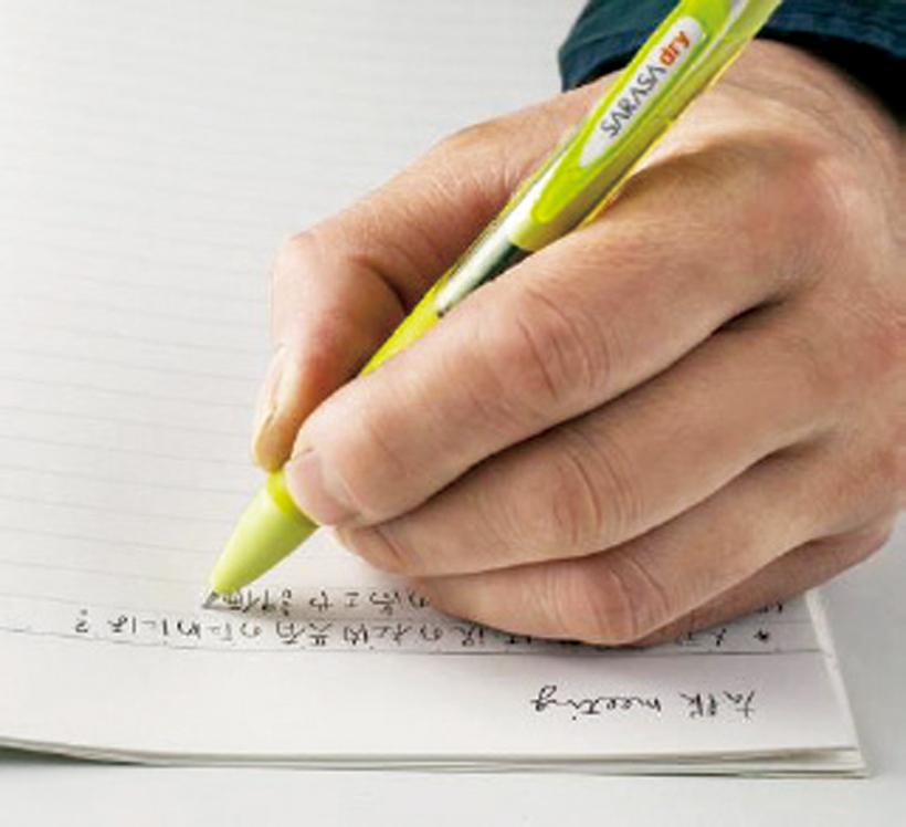↑従来比で乾燥時間を85%も短縮。左利きでも手を汚すことなく筆記できる