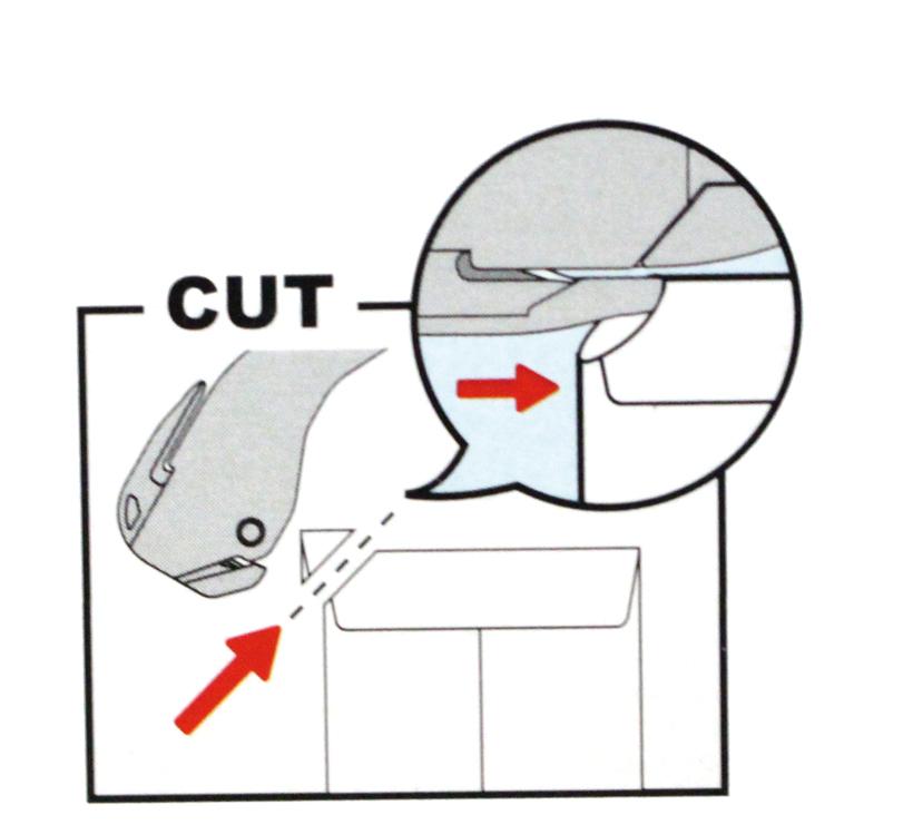 ↑隙間がない封筒は2ステップでオープン。封筒の角を斜めに切り落とし、そこから刃を入れるだけだ