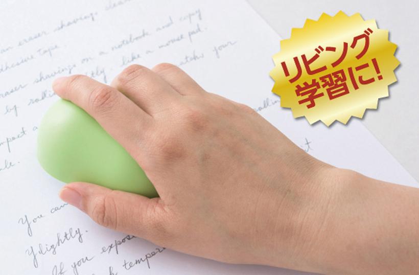↑弱粘着テープのため、ノートやコピー用紙はくっつかず、消しカスだけを吸着