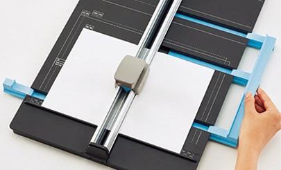 ↑片側のゲージを動かすと、反対側も連動して紙をはさめる。中央合わせも簡単だ
