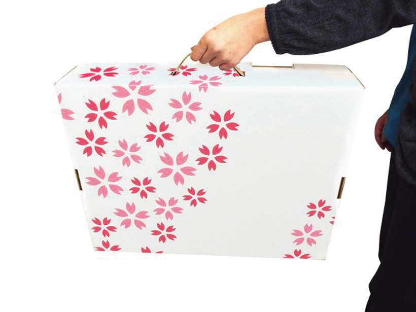 ↑椅子4脚と机で計1.8kg。取手付きのバッグ型に収納できるので、持ち運びも簡単だ
