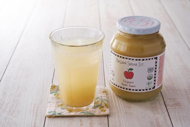 ↑夏場の水分補給などに活躍しそうなアップルサイダー。アップルソースをグラスに適量入れ、炭酸水を注ぐだけで作れます。一般的な炭酸ジュースと違い、低カロリーなのが嬉しいポイント
