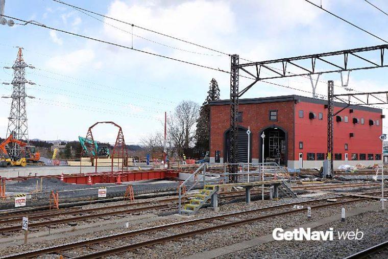 ↑下今市駅構内では、SL列車の運転開始に向け車庫と方向転換用の転車台の設置工事が続けられていた