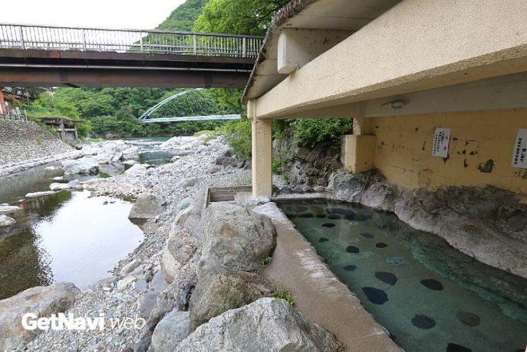 ↑野岩鉄道、会津鉄道沿線には名湯も多い。写真は川治湯元駅から徒歩10分ほどの川治温泉薬師の湯。渓流を望む混浴の露天風呂がある