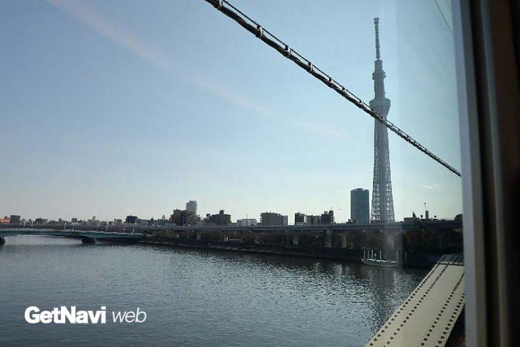 ↑浅草駅を出発するとすぐに渡る隅田川。橋梁からは進行方向左手に東京スカイツリーが見える