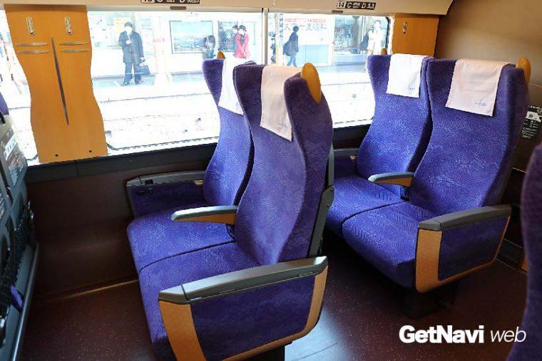↑座席は江戸紫色の布地が使われたリクライニングシート。窓間の柱部分にトンボ柄がデザインされる