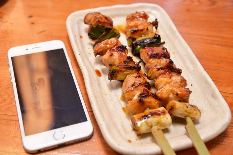 ↑定番焼鳥の「もも貴族焼(たれ)」は2本で280円(税抜)。参考として置いたiPhone6s(約14cm)をはるかにしのぐボリュームです