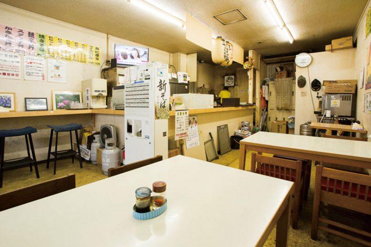 ↑店内はアットホ ームな雰囲気。立ち食いそばという より食堂の面持ちだ