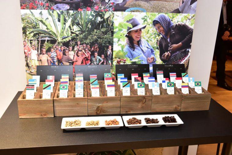 ↑パナソニックが4月上旬にスタートする新しいコーヒーサービス「ザ・ロースト」は、スマホと連携して自動的に生豆を焙煎する「スマートコーヒー焙煎機」と、毎月生豆が届く定期頒布プログラムがセットになったものだ