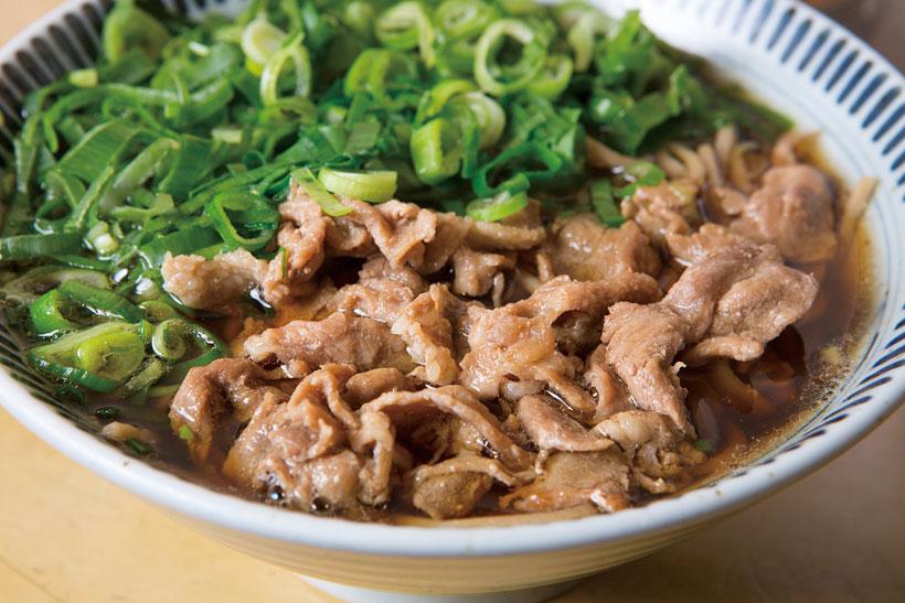 ↑肉そば(500円)。そばの上に甘辛味の豚肉と 青ねぎがたっぷり。肉のうまみがつゆにコクをプラス。 ねぎの苦味がアクセントに なり、食欲がグンと増す