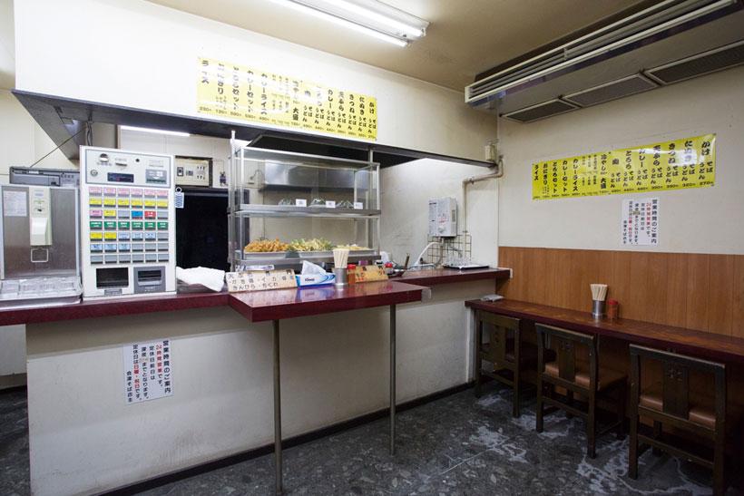 ↑カウンターには5種類の天ぷ らのほか、店で握ったおにぎりも並 んでいて人気だ
