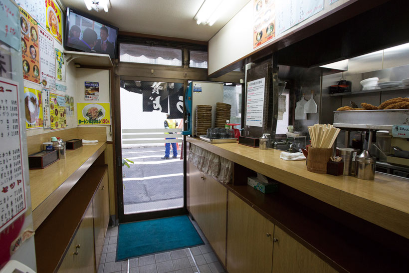 ↑店内は完全立 ち食い制で、20人前後入る。お客が みなパッと食べてサッと帰るところ も、王道の立ち食いスタイルだ