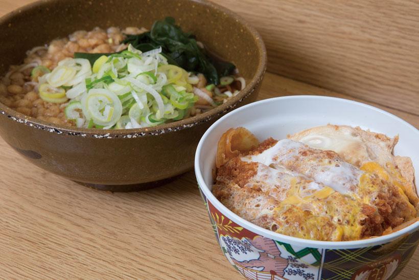 ↑ミニカツ丼セット(580円)。ミニカツ丼とたぬきそばのセット。 カツ丼のタレはやや辛めで、そばの温 つゆと相性がいい