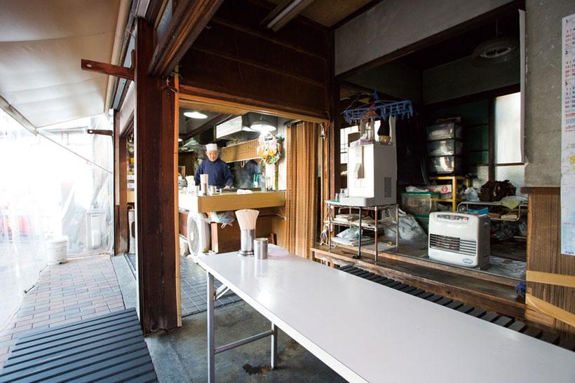 ↑カウンタ ーの右にもテーブルが。屋内の昭和 の面影もたまらない