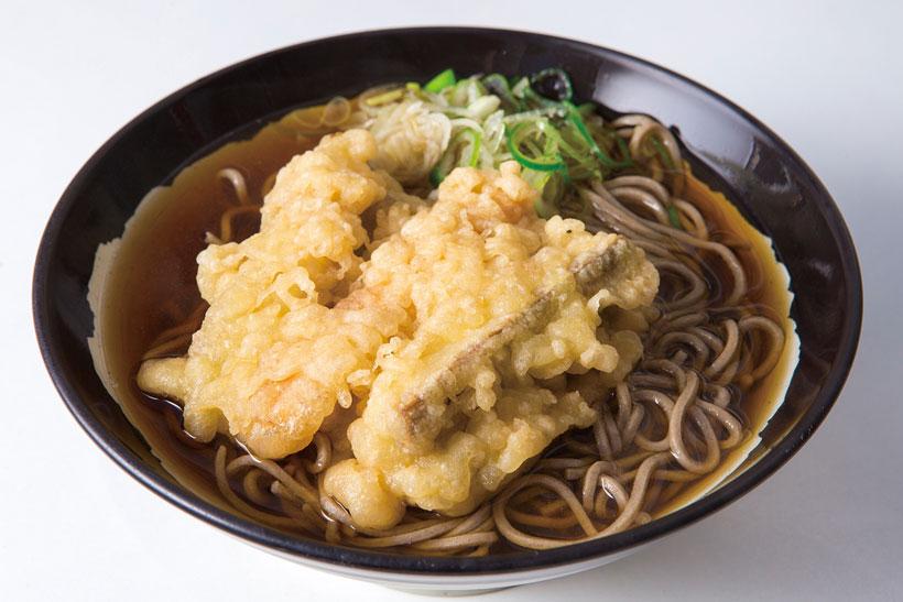 ↑ごぼう天そば(350円)。分厚く切ったごぼうを井桁に組ん で天ぷらに。太めのごぼうは思いの ほか柔らかい。ゴボウの真ん中には にんじんも入っている