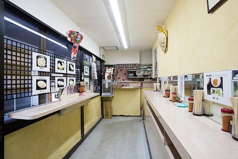↑細長 い店内の両側にカウンターがあり、 15〜20人が入れる