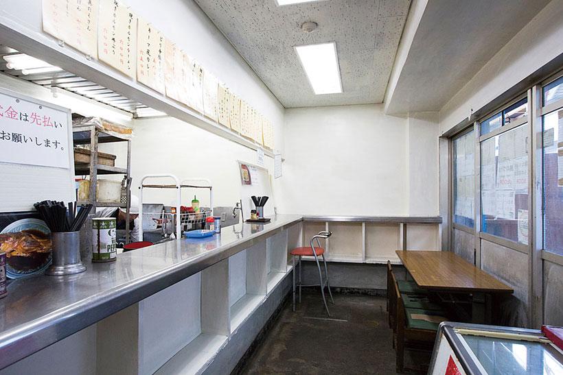 ↑店内は12人ほ どで満員に。外にもテーブル があって食事できる
