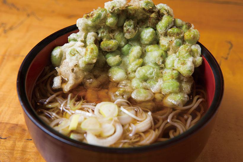 ↑かけそば+枝豆のかき揚げ(290円+100円)。同店は枝豆やハス、ピーマン、季 節の天ぷらなど、野菜天の種類が豊 富。客は好きな天ぷらをトッピング して楽しんでいる