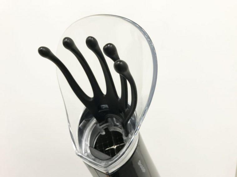 ↑こちらがかっさアタッチメント。人の手をモチーフに程よく頭皮をつかむ弾力と形状にこだわったマッサージ部と、吹き出し口にプラズマクラスターイオンの高濃度空間を作るクリアカバー部で構成