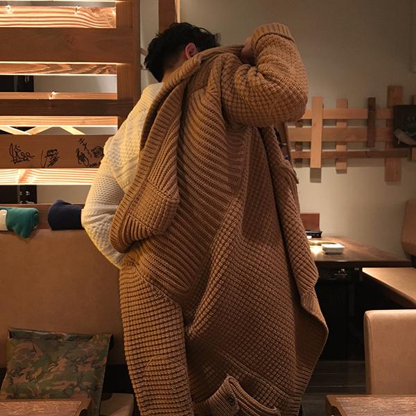 ↑厚手のニット&コートと共に着用。袖口に引っ掛からず、すんなり腕が通った