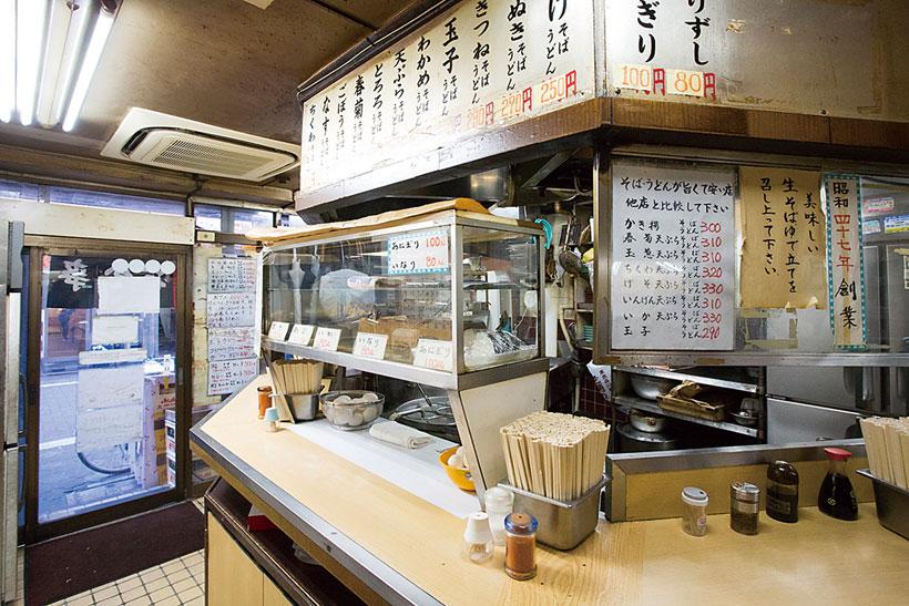 ↑店 の入り口付近がそばスペース。カウ ンター上のショーケースにうまそうな 天ぷらが並ぶ