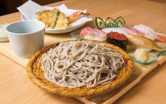 ↑まん足セット(1400円)。5つのネタが付いた天ぷら そばと握りが6貫でこの価 格は驚き。かつお、宗田、 さばの枯節を使ったそばつ ゆも雑味のない上品な味