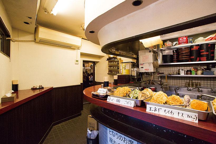 ↑「蓼科」は完 全立ち食い制。カウンターには大ぶ りのかき揚げをはじめ、多彩な天ぷ らが並んでいる