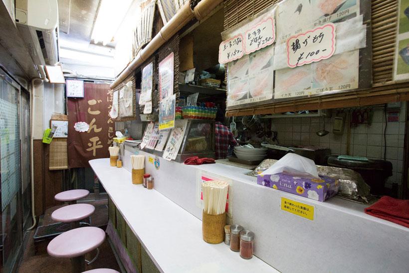 ↑店内は椅子席が8つで、奥 行きはかなり狭め。カウンターには 粗みじん鷹の爪などものっている