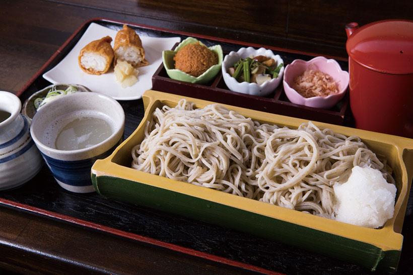 ↑おろしそば(780円)。大根おろしの絞り汁にかつ お節と味噌、山菜を入れて、 自分好みの味にして食べる。 おろしつゆの辛みと甘みで、 箸が止まらない!