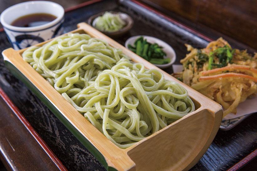 ↑のらぼう菜うどん(680円)。地元でよく食べられるかき菜に似 た野菜「のらぼう菜」を練り込んだ うどん。緑の色が鮮やかで、クセは まったくない。玉ねぎのほか、のら ぼう菜が入ったかき揚げが付く
