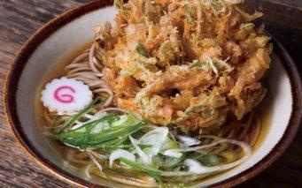 ↑天ぷらそば(400円)。かき揚げは玉ねぎなどのほ か水菜も使い、彩り鮮やか。 サクサク感を味わうほか、 あごだしに浸してそばとと もにかき込んでも最高!