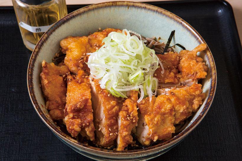 ↑千葉県のブランド鶏、錦爽どりを 唐揚げに。肉の弾力がすごく、うま みも濃い。つゆはラー油が効いて、 ほどよい辛さ