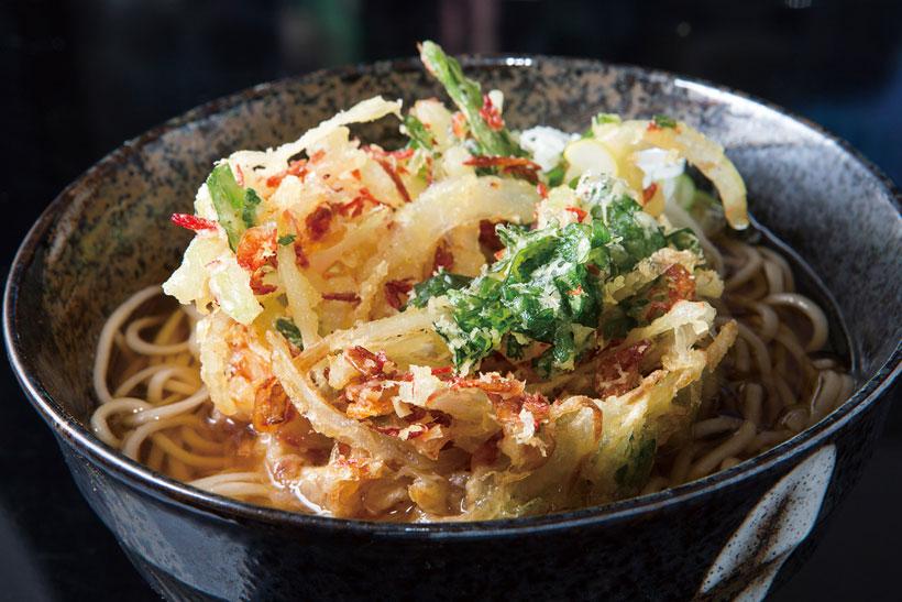 ↑天ぷらそば(400円)。一番人気のかき揚げは、玉ねぎ、にんじん、小えび、 いかの細切り入り。厚みがあってサクサクの食感だ