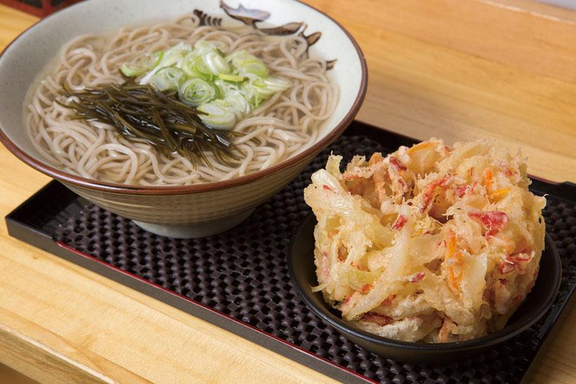 ↑天ぷらそば(450円)。小えび、玉ねぎ、にんじんを衣薄めの かき揚げに。サクサク感を堪能後は、 つゆにつけて味の変化を楽しみたい